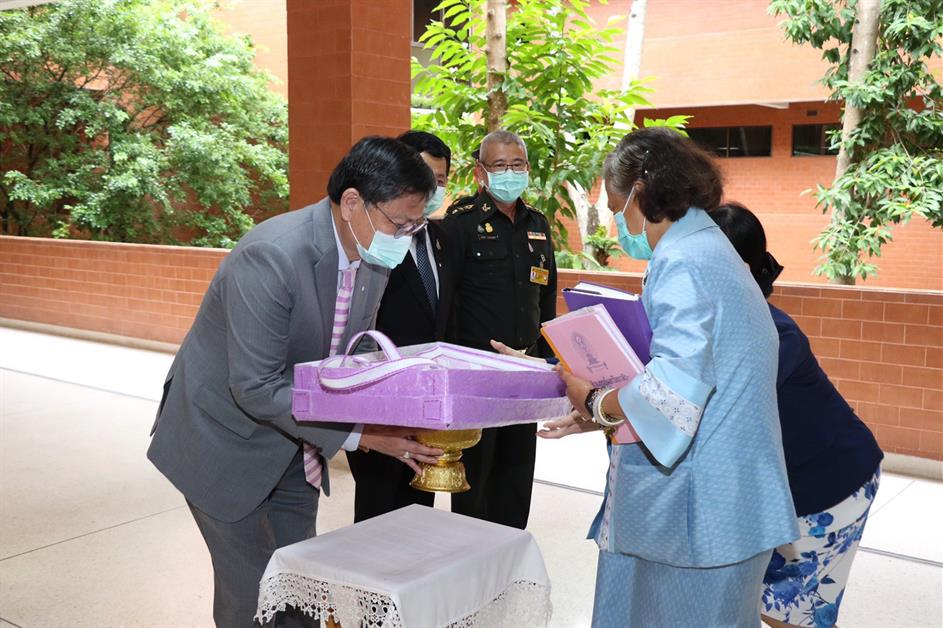 Prof. Dr. Anek LaoThammatat Minister of Higher Education, Science, Research and Innovation (HESI) presented the Re-Bag work to Her Royal Highness Princess Maha Chakri Sirindhorn from Phase 2 of the HESI project of the School of Architecture and Fine Arts, University of Phayao