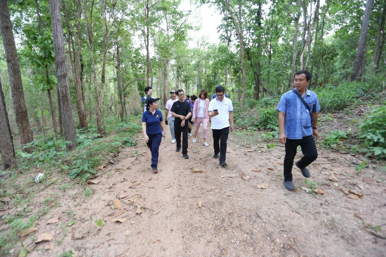 President of Phayao University Lead a team of nature exploration Learn community partners Future construction of plants for studying plants and herbs