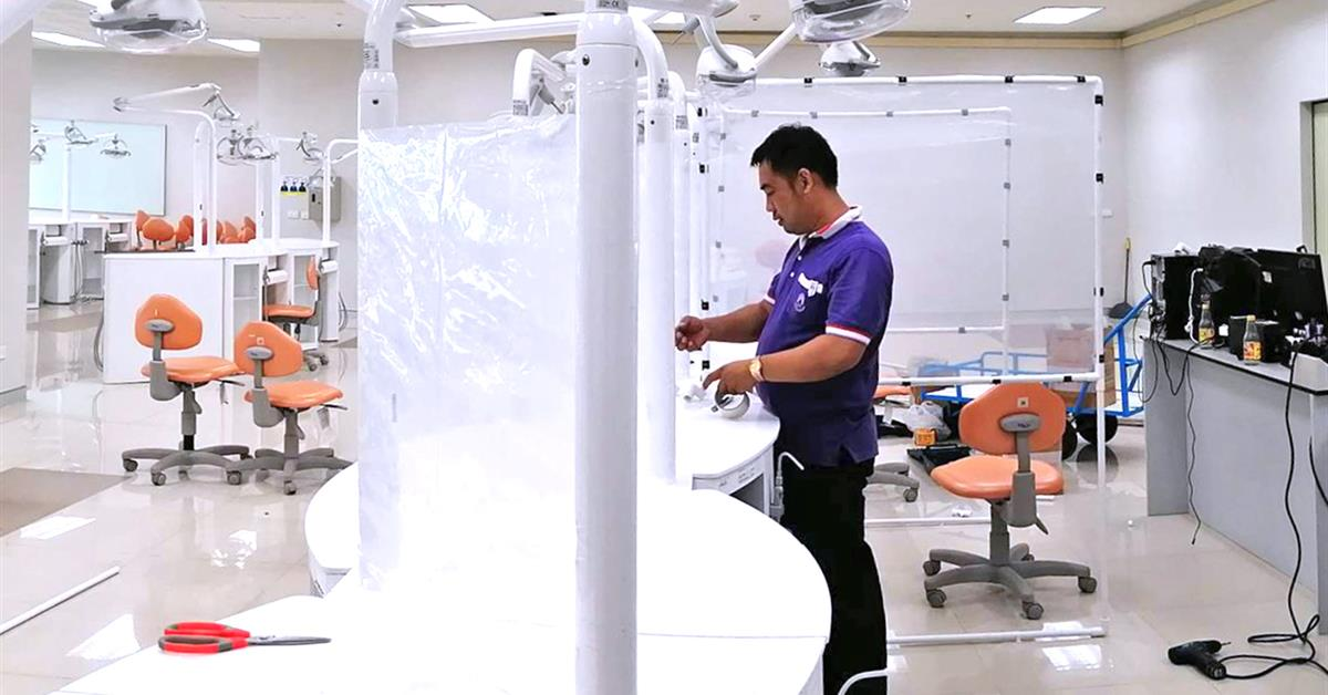 งานช่างคณะทันตแพทยศาสตร์ เร่งติดตั้งอุปกรณ์ป้องกันการฟุ้งกระจายของฝอยละออง เพื่อลดความเสี่ยงสำหรับบุคลากร นิสิตและผู้มารับบริการทางทันตกรรม