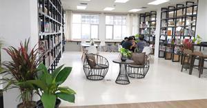 คณะสถาปัตยกรรมศาสตร์และศิลปกรรมศาสตร์ เพิ่มธรรมชาติและสีเขียวให้กับห้องสมุดคณะ