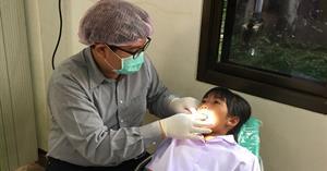 คลินิกทันตกรรมสำหรับเด็ก โรงพยาบาลทันตกรรม คณะทันตแพทยศาสตร์ มหาวิทยาลัยพะเยา ให้บริการตรวจสุขภาพช่องปากแก่เด็กนักเรียนโรงเรียนบ้านห้วยเคียน อำเภอเมือง จังหวัดพะเยา