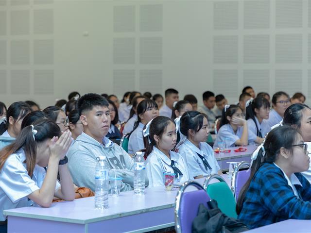 คณะทันตแพทยศาสตร์เข้าร่วมการแนะแนวทางการศึกษาวิชาชีพทันตแพทย์แก่นักเรียนชั้น,ม.6,โรงเรียนสาธิต,ม.พะเยา