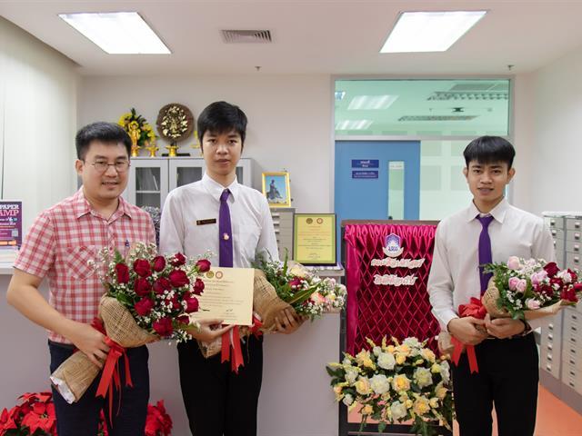 """คณะผู้บริหารคณะศิลปศาสตร์,ร่วมแสดงความยินดีแก่นิสิตคณะศิลปศาสตร์,สาขาวิชาภาษาไทย,,ที่ได้คว้ารางวัลชนะเลิศ,""""การอ่านทำนองเสนาะระดับประเทศ"""""""