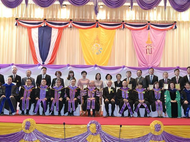 อธิการบดีมหาวิทยาลัยพะเยา เข้ารับมอบโล่ประกาศเกียรติคุณนักศึกษาเก่าดีเด่นมหาวิทยาลัยเชียงใหม่