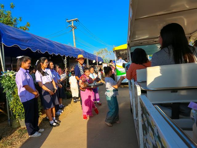 """อธิการบดีมหาวิทยาลัยพะเยา เปิดงานพะเยาเกษตรแฟร์ """"เปิดบ้าน เมืองพะเยา"""" ครั้งที่ 1 พร้อมมอบรางวัลการประกวดและชมนิทรรศการ การออกร้านจากหน่วยงานต่างๆ โดยมีผู้เข้าร่วมงานจำนวนมาก"""