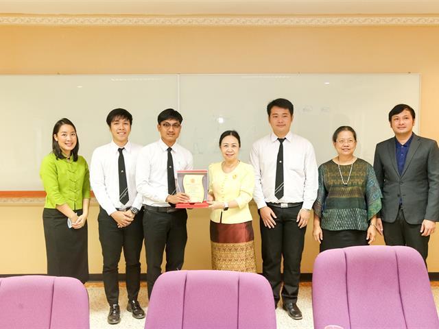 อธิการบดีมหาวิทยาลัยพะเยา แสดงความยินดีกับนิสิตคณะนิติศาสตร์ ที่ได้รับโล่เกียรติยศ รางวัลรองชนะเลิศอันดับ 2 การแข่งขันตอบปัญหากฎหมายระดับอุดมศึกษา เนื่องในวันรพีวิชาการ ปี 2562