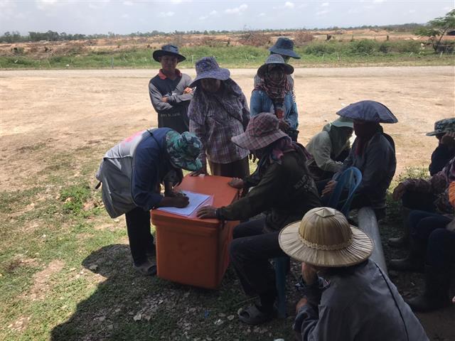 """มหาวิทยาลัยพะเยา ลงพื้นที่แจกพันธุ์ไก่  พันธุ์กบ และเมล็ดพันธุ์ข้าวโพด หวังฟื้นอาชีพเกษตรกรหลังได้รับผลกระทบจาก COVID-19 ใน """"โครงการคนพะเยาไม่ทิ้งกัน ร่วมใจสืบสานอาชีพและวัฒนธรรมการเกษตรหลังภัยโควิด"""""""