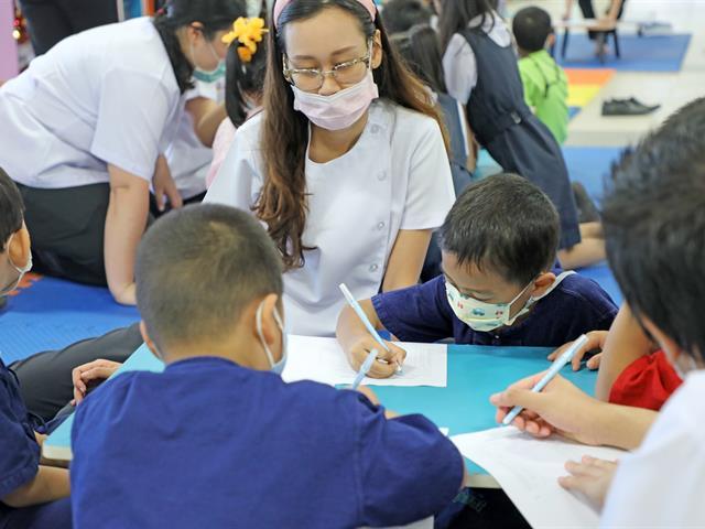 คลินิกทันตกรรมสำหรับเด็ก โรงพยาบาลทันตกรรม คณะทันตแพทยศาสตร์ มหาวิทยาลัยพะเยา ให้บริการตรวจสุขภาพช่องปากแก่นักเรียนโรงเรียนสาธิตมหาวิทยาลัยพะเยา