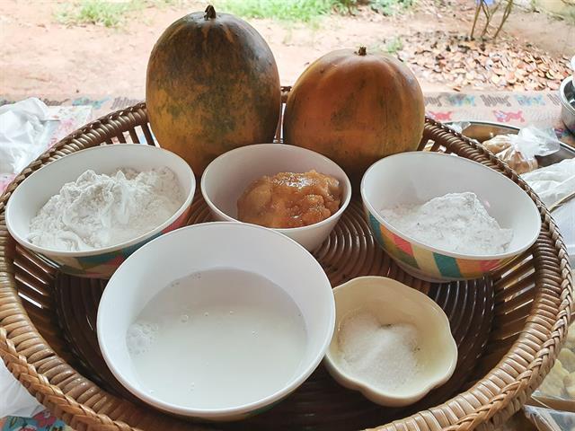 """คณะศิลปศาสตร์ จัดอบรมหลักสูตรท้องถิ่นกับเทคโนโลยี หัวข้อ """"การทำจานใบไม้และขนมแตงไทย"""""""