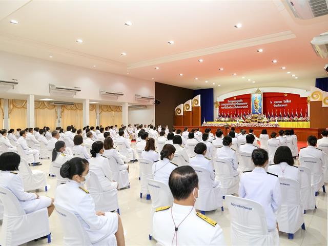 """ผู้ช่วยอธิการบดีมหาวิทยาลัยพะเยา อาจารย์จารุวรรณ โปษยานนท์ พร้อมด้วย บุคลากรกองกลาง กองคลัง และเจ้าหน้าที่จากหน่อยงาน มหาวิทยาลัยพะเยา ร่วมพิธีวางพานพุ่มดอกไม้ ถวายราชสักการะ เนื่องใน """"วันพระบาทสมเด็จพระพุทธยอดฟ้าจุฬาโลกมหาราช และวันที่ระลึกมหาจักรีบรมราชวงศ์"""""""