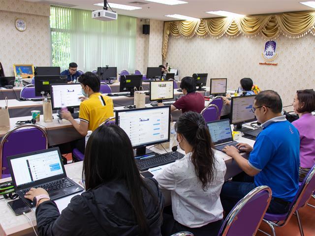 ศูนย์ภาษาคณะศิลปศาสตร์ จัดทดสอบวัดความรู้ภาษาอังกฤษ ระดับปริญญาตรี  สำหรับนิสิตรหัส 64 เพื่อเปิดใช้งานโปรแกรมสำเร็จรูป แบบออนไลน์